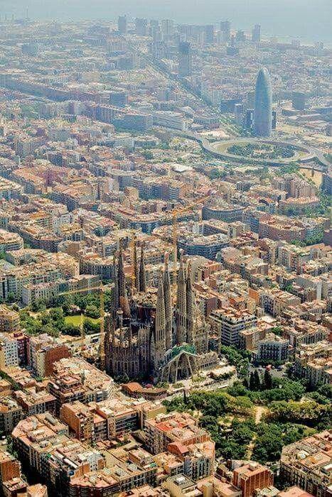 Vista aérea de L' Eixampla de Barcelona y la Sagrada Familia