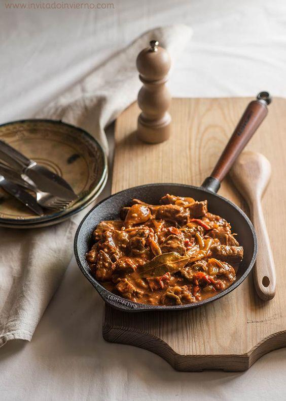Sencilla receta tradicional de goulash húngaro, estofado de carne con verduras y pimentón. Con fotos paso a paso y consejos