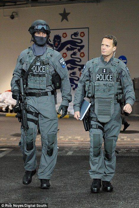 防弾チョッキを着ている警官