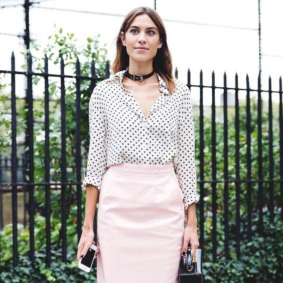 Look de verão da it-girl Alexa Chung com saia lápis rosa e camisa de bolinha.