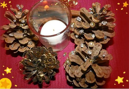 DIY: Zapfen-Weihnachtsbäume basteln, für alle, die in der Weihnachtszeit gern kreativ sind, haben wir uns kindgerechte Bastelideen ausgedacht: Die Zapfen-Weihnachtsbäume verschönern den Esstisch oder die Fensterbretter.