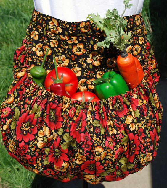 Garden Harvest Apron. Very clever idea. Will have to make a version of this.: Aprons Stuffs, Ideas Wditot, Apron Attraction, Likes Aprons, Garden Aprons, Secret Aprons, Sewing Aprons