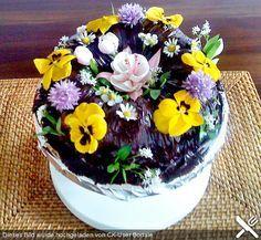 Essbare Blüten sind z.B.:  Apfel, Begonien, Chrysanthemen, Dahlien, Gänseblümchen, Gladiolen, Holunder, Jasmin, Kamille, Klee/Rotklee, Kornblume, Lavendel, Lindenblüten, Löwenmaulblüten, Magnolien, Malven, Orange, Petunien, Pfefferminze, Rapsblüten, Ringelblumen, Rosen, Stiefmütterchen, Taglilien, Veilchen, Vergissmeinnicht, Waldmeister