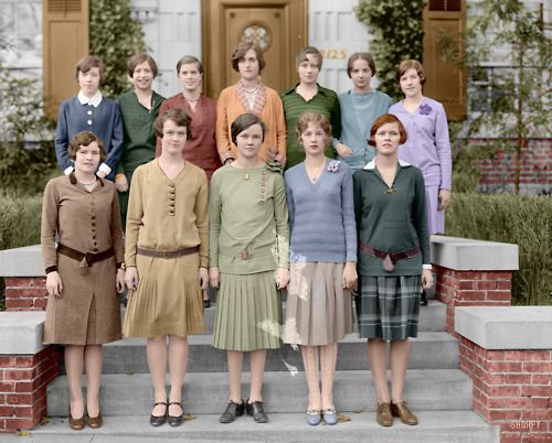 Colourised photo of young ladies in the 1920s (college girls?):