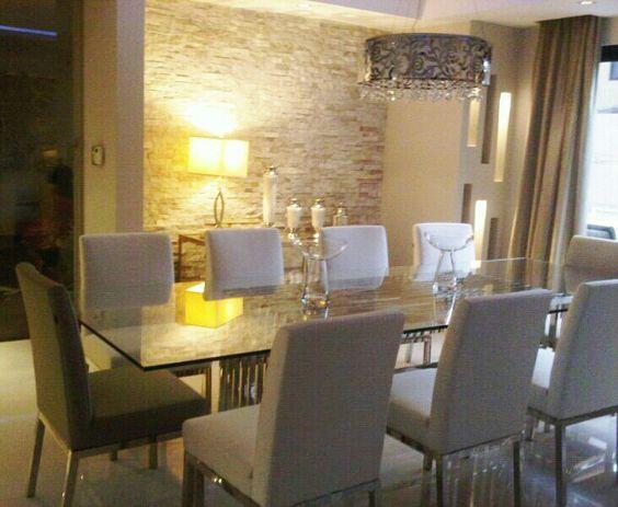Comedor moderno con pared de fondo en piedra de cuarzo for Living pequeno moderno