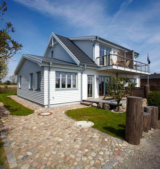 Landhaus look feldsteine pflastern die zufahrt zum domizil wei e schalung und farbige fenster - Landhaus fenster ...