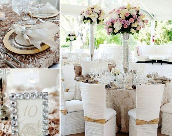 Tischdeko zur Hochzeit mit Goldakzenten und Blumenarrangements in hohen Vasen