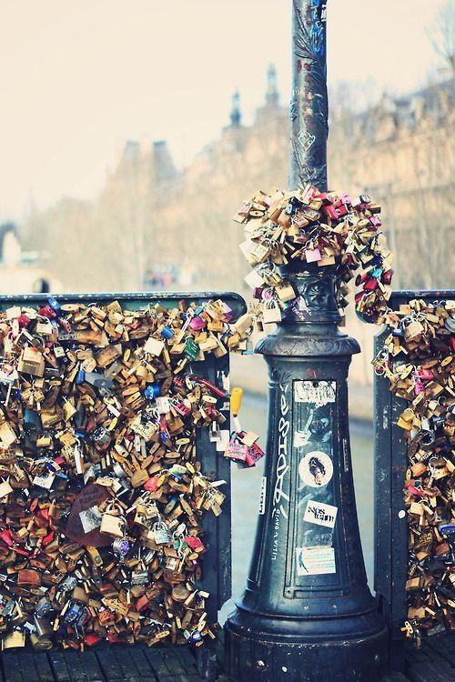 C'est le Pont des Arts à Paris . Je voudrais mettre un verrou ici . Je me demandais combien de serrures maintenant . Je pense qu'il y a trop pour les compter !