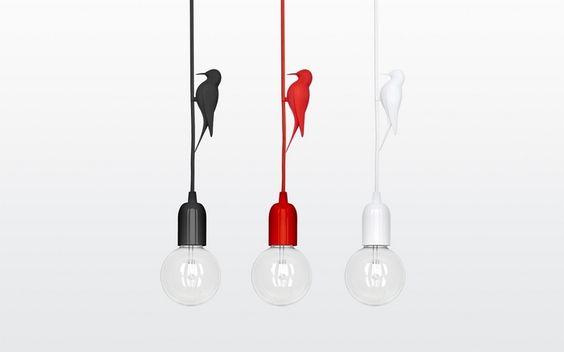 Die Lampe ist in den Farben Schwarz, Weiß und Rot erhältlich