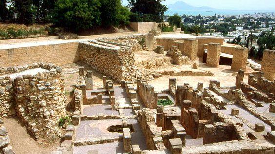 """Karthago-""""Außerdem bin ich der Meinung, dass Karthago zerstört werden muss..."""" Mit diesen Worten beendete der römische Staatsmann Cato jede seiner Reden im Senat. Die Eroberung der nordafrikanischen Metropole hatten sich die Römer über hundert Jahre lang auf die Fahnen geschrieben. Kein Wunder: Karthago galt lange Zeit als die reichste Stadt des Mittelmeerraums, fast eine halbe Million Menschen sollen in und um Karthago gelebt haben."""