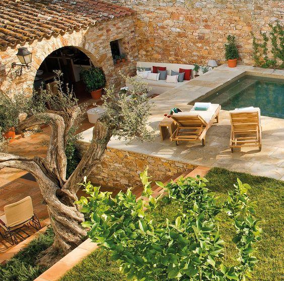 Hacia la piscina  Elevada y de estilo marroquí. Tumbonas de India & Pacific. Paisajismo, Jardins Arnau.