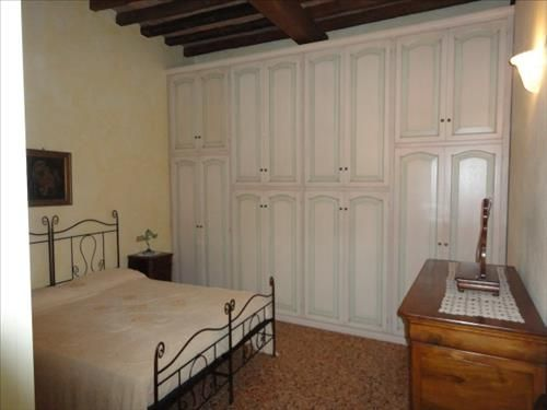 Modena uno stile retr per un armadio a muro che s - Armadio per letto in ferro battuto ...
