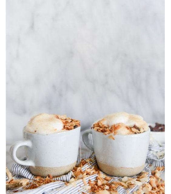 Un café latte à la noix de coco