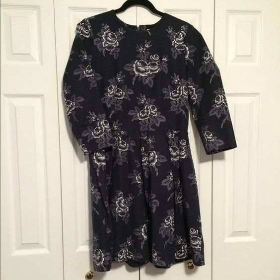 Navy 3/4 Sleeve Dress Beautiful figure flattering 3/4 sleeve dress. Used but in great condition! GAP Dresses