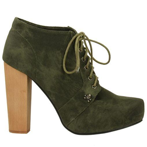 Bottines basses // lacets vert kaki avec une petite tête de mort sur le côté de la chaussure // Il y a un solide talon en bois en dessous de 11 cm et un plateau de 2 cm dans le bout // C'est une chaussure en cuir avec une semelle en caoutchouc