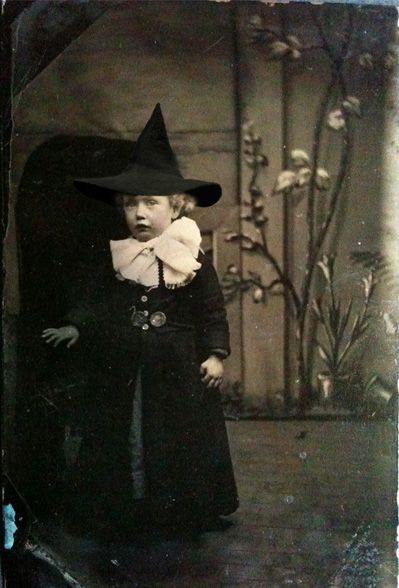vintage halloween photo young girl in witch costume. Black Bedroom Furniture Sets. Home Design Ideas