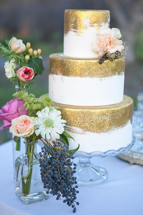 Make your wedding cake pop out on your wedding day by adding some glitter and sparkle to it. Whether it's gold or silver or any other color a sparkly wedding cake will amaze your guests. Here are some cakes we think are beautiful to get you inspired: