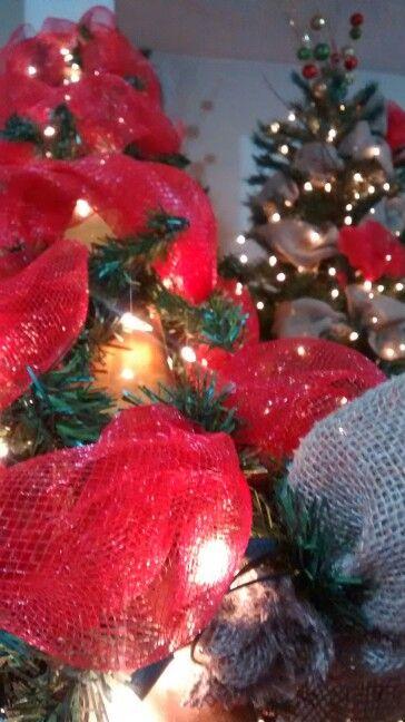 Guirnalda navideña decorada con red roja y brin, luces blancas y bombas doradas #Guatemala #navidad