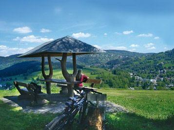 Unterwegs in der Movelo Region Vogtland. Das Vogtland im Vierländereck von Sachsen, Thüringen, Bayern und Böhmen bietet Aktivurlaubern viele Möglichkeiten. Eine überaus abwechslungsreiche Landschaft, einmalige Sehenswürdigkeiten und eine reichhaltige Kultur prägen die Mittelgebirgsregion. All das gibt es mit dem E-Bike entspannt zu entdecken.