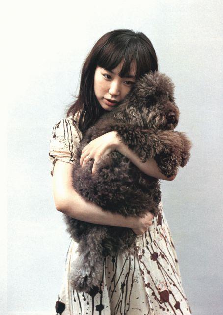 犬を抱くYUKI