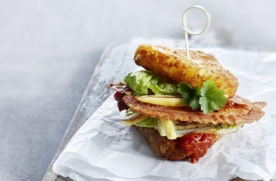 Sandwich met Rösti driehoekjes, hartige jam van tomaat en kaneel, gebakken pastinaak en lekker krokant spek