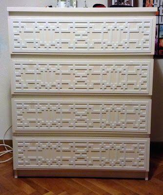 Le cambiamos la cara a la conocidísima cómoda Malm de Ikea con las grecas de www.myoverlays.com