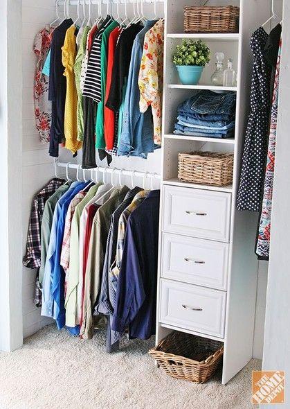 Repare em algo que faz muita – mas muita mesmo – diferença em um closet: cabides idênticos. Parece arara de loja! Cestos de vime nos nichos ajudam a organizar as coisas miúdas, como lenços, echarpes e bijuterias. Foto: Pinterest