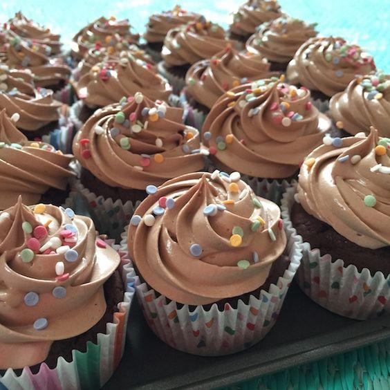 Ma recette pour réussir de Parfaits Cupcakes chocolat avec glaçage à la meringue italienne. Ces parfaits cupcakes chocolat sont délicieux !