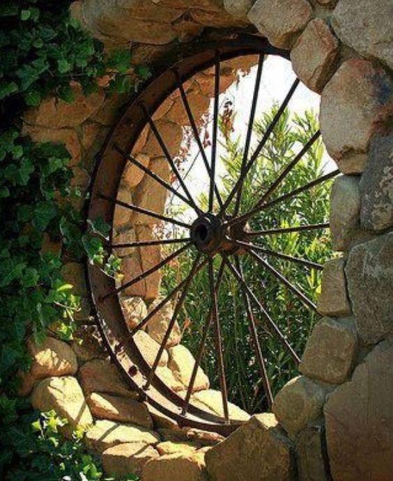 Roue de charette d corations ext rieures pinterest jardins fen tres rondes et vieux v los - Roue de charette decoration ...