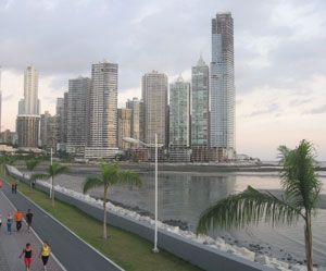 el boulevard  balboa | De promenade Balboa uitkijkend op de skyline van Panama-Stad