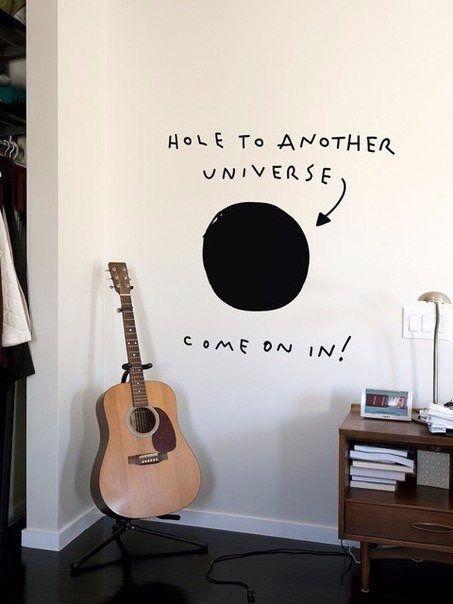 надпись на стене в комнате