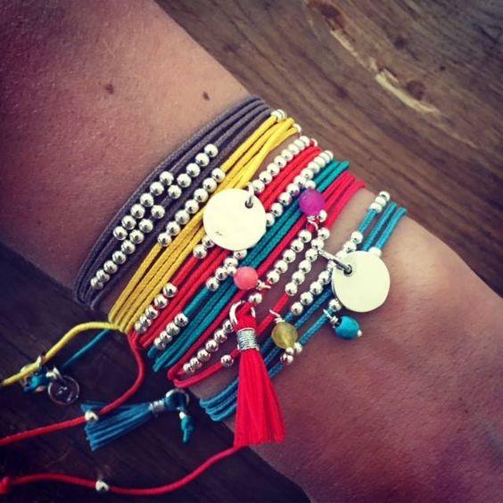 Composition de bracelets colorés, accompagnés de perles en argent, pompons, et médailles - l'Atelier d'Amaya #bijoux #été #pompons #femme