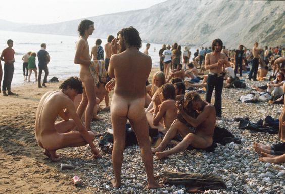 Or making friends as they got ready. | 33 Glorious Photos Of The Isle Of Wight Festival In The '60s And '70s