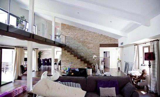 Living doble altura con escalera buscar con google - Salon doble altura ...