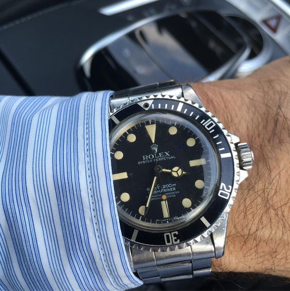 Iconic Rolex Submariner with a creamy patina. Happy Football Saturday Guys…