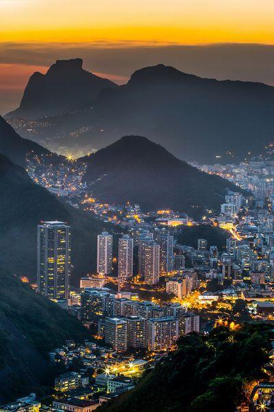 Vista noturna do Rio de Janeiro, no estado de mesmo nome (RJ), Brasil.: