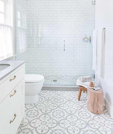 Déco très lumineuse et contemporaine pour la douche italienne en carreaux de ciment.