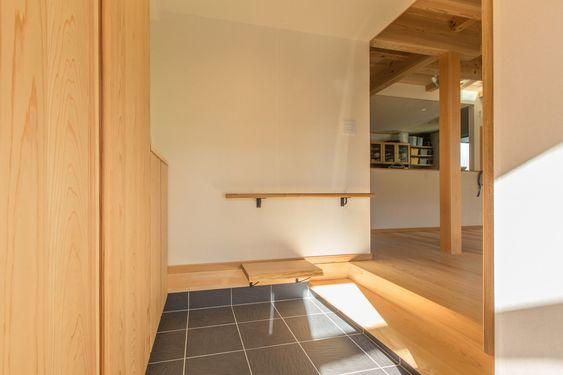 玄関には手すりと腰掛けベンチを取付け 将来的にも安心 マクス