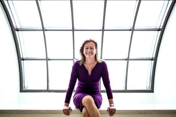 """""""Was würden Sie mit 500 Millionen Euro tun?"""" - Warum Karin Hörzing (SPÖ) gerne Verkehrsreferentin ist und welche Alternativen Sie für den Westring sieht. Zum Interview: http://www.nachrichten.at/oberoesterreich/linz/Was-wuerden-Sie-mit-500-Millionen-Euro-tun;art66,1401713 (Bild: Weihbold)"""