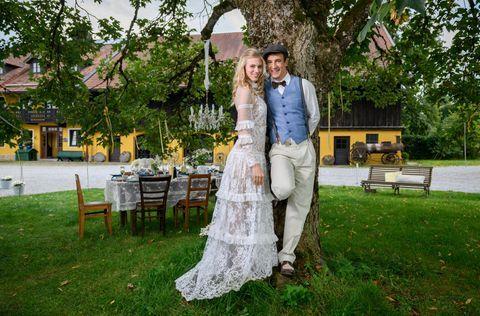 Happyend Am Furstenhof Alicia Lindbergh Larissa Marolt Und Viktor Saalfeld Sebastian Fischer Feiern Nach Allerlei Sturm Der Liebe Sturm Romantische Fotos