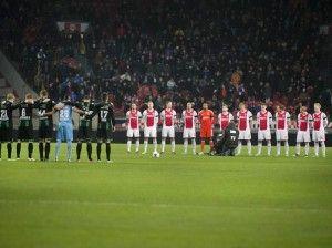 Spieler und Zuschauer gedenken in Amsterdam des getöteten Linienrichters. (Foto: Olaf Kraak/dpa)