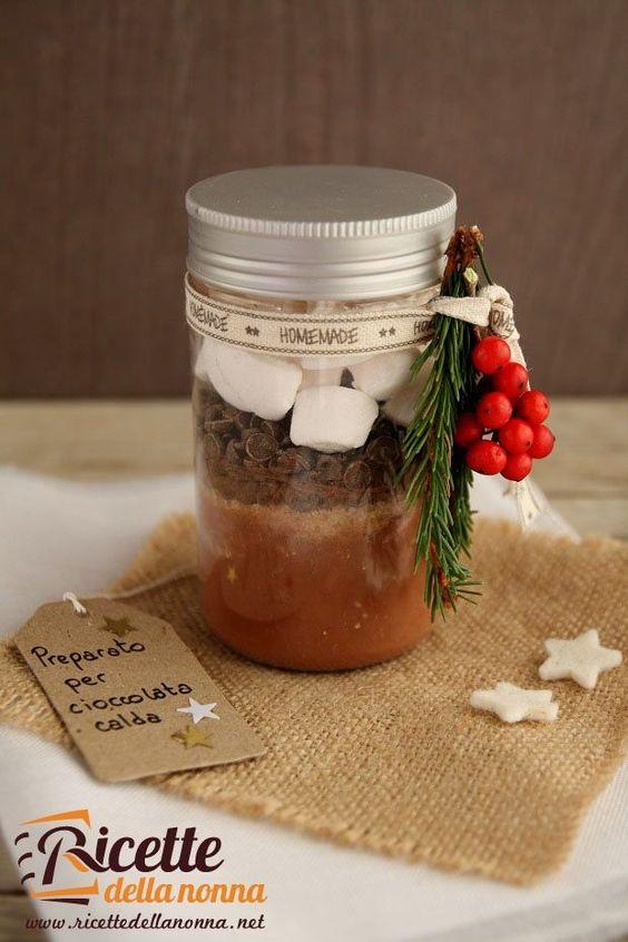 I regali fatti a mano sono sempre quelli più apprezzati. Noi vi proponiamo un'idea semplice e golosa da offrire a chi amate: il preparato per cioccolata calda. Abbiamo aggiunto della cannella, ma pote