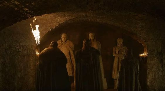 The Starks facing the statues of themselves