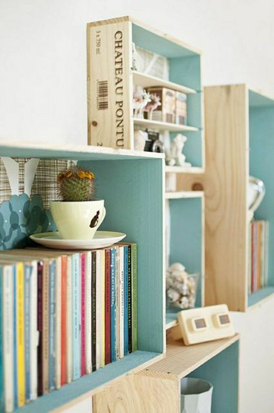 bibliothèque en bois de couleur bleu - ciel, bleu cyan, deco turquoise, mur blanc