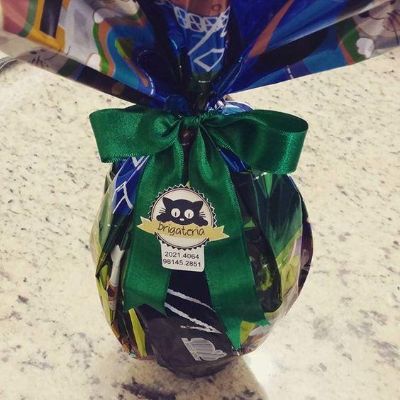 E não é só ovo de colher nem só brigadeiro!! Aqui você é quem escolhe!! O @lucas_jpc escolheu presentear pessoas muito especiais com esse ovo de 700g,  metade chocolate branco, metade ao leite e com muitos bombons de brigadeiro dentro!! Ainda dá tempo de encomendar o seu!!! #ovodepascoa #chocolatebranco #chocolateaoleite #bombomdebrigadeiro #experimenta