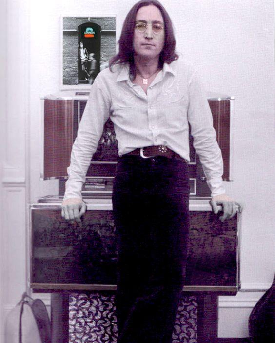 BEAUTIFUL PICTURE OF JOHN LENNON......LOVE ALWAYS JOHN....R.I.P.