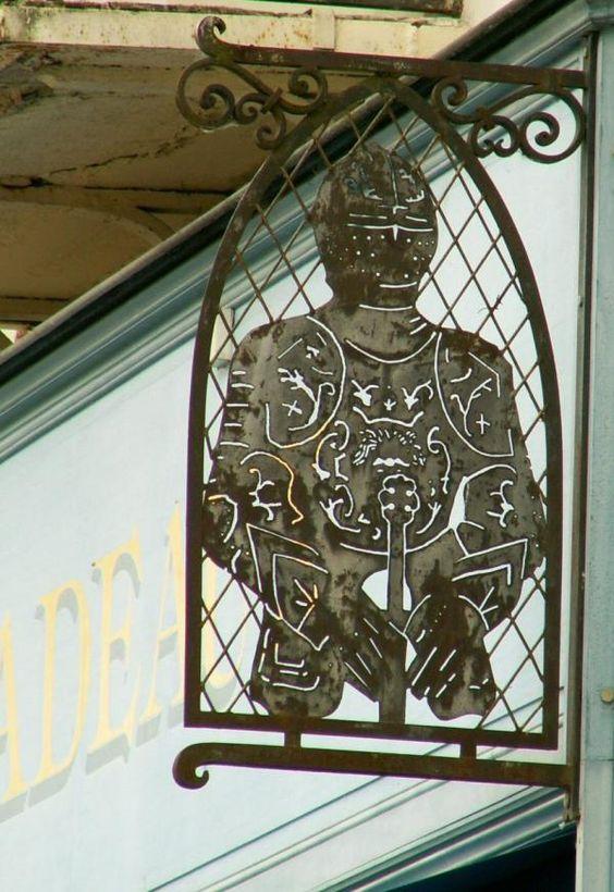 Amboise, Indre et Loire (37).  Photo by Danielle Leger; via La photo du jour (http://laphotodujour.hautetfort.com/archive/2008/06/20/a-vos-armures.html).
