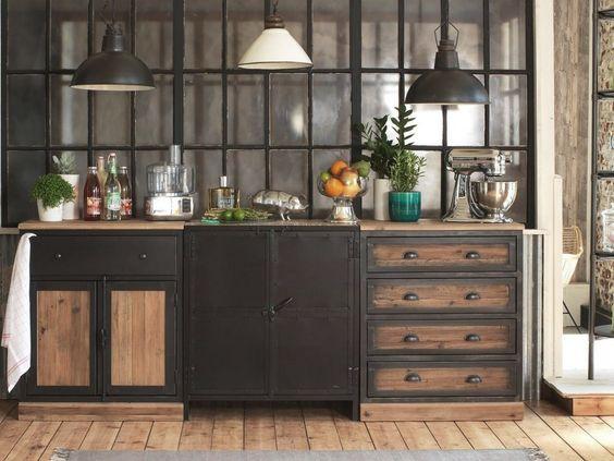 Des meubles de cuisine noirs et bois devant une verrière esprit atelier : la cuisine industrielle par excellence