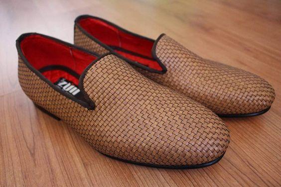 Loafers hechos en México diseño trenzado piel café $749 de venta exclusiva en Tiendas Platino  www.tiendasplatino.com.mx www.facebook.com/tiendaplatino #HechoenMexico #Loafers #LoafersMexico #Slippers #SlippersMexico #Modamexicana #menstyle #mensfashion #modahombres #calzadomexico #mexico #ropamexicana #menswear #men #calzado #Platino #Cassiusshoes  #TiendasPlatino