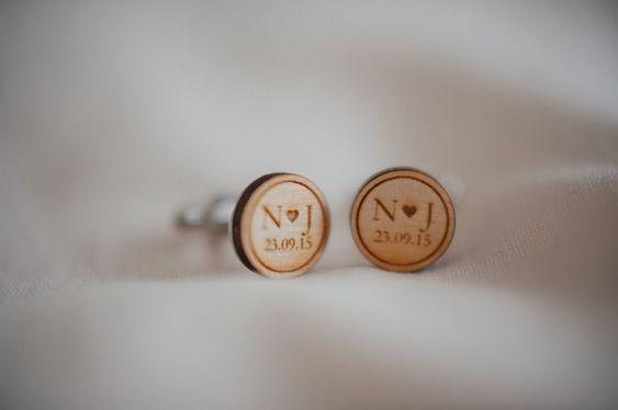 Boutons de manchettes en bois pour un mariage sur le thème de la guinguette